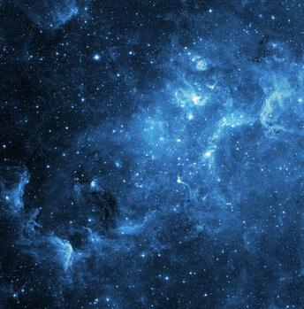 Weltraum mit wunderschönen Sternen und blauen Staubwolken