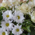 Kondolenzblumen Blumengesteck weiß gestaltet für Trauerfeier