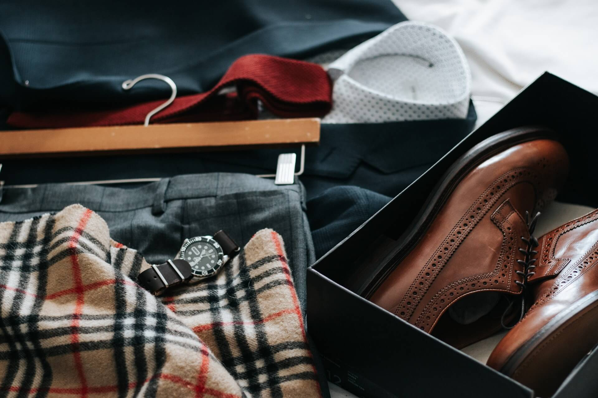 Männerbekleidung samt Zubehör