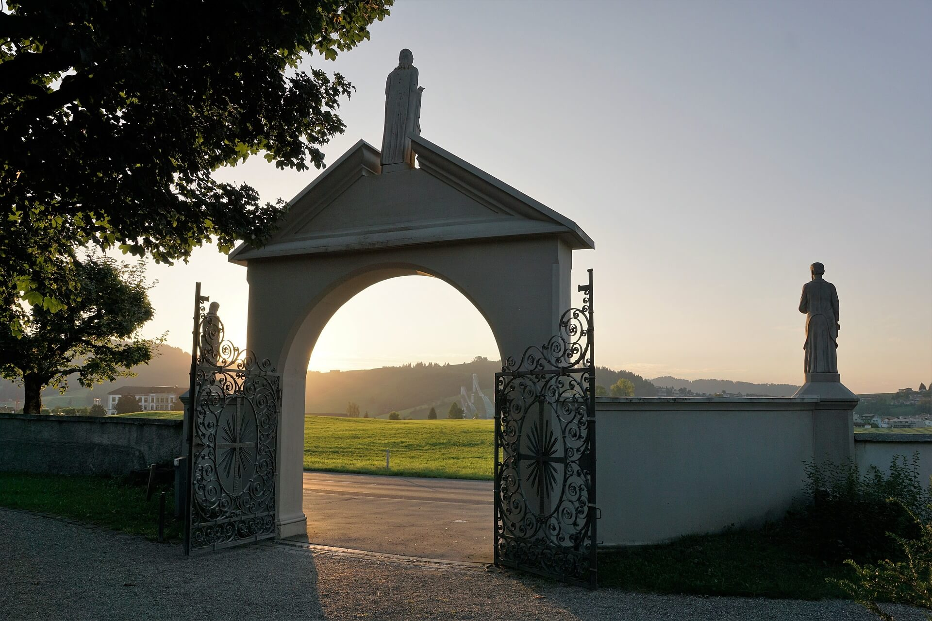 Eingangstor eines Friedhofes